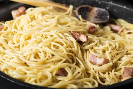 Schließen Sie oben von der Küche , die traditionelle italienische Teigwaren in der Wanne kocht Standard-Bild - 94681912