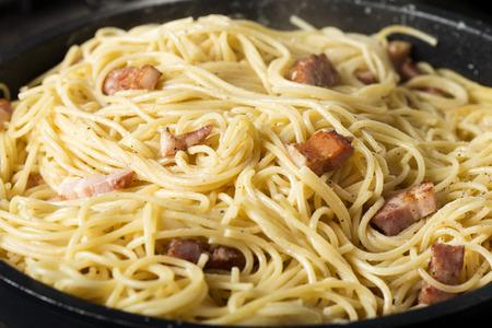 냄비에 전통적인 이탈리아 파스타 카르 보 나라 요리의 클로즈업 스톡 콘텐츠