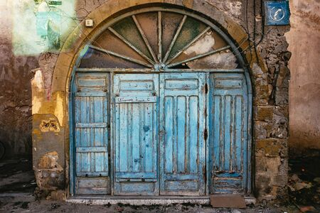 Vieille porte en bois voûtée à Essaouira, Maroc