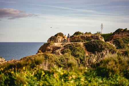 Couple standing on a headland at Ponta da Piedade 版權商用圖片