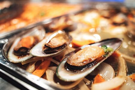 Gourmet cooked mussels on a bed of vegetables Archivio Fotografico - 147823076
