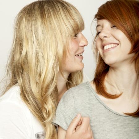 blond en roodharige meisjes lachen en plezier hebben Stockfoto