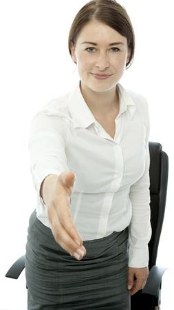 coincidir: Joven mujer de negocios morena saludar dan la mano