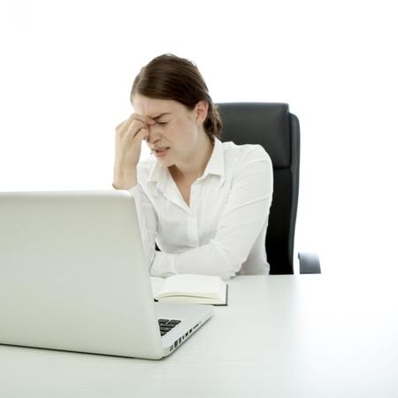 jonge brunette zakelijke vrouw hoofdpijn aanraking hoofd vinger Stockfoto