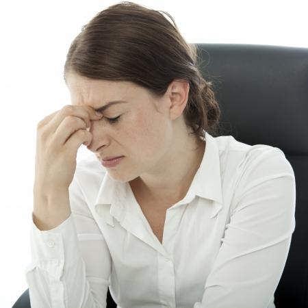 jonge brunette zakelijke vrouw hoofdpijn aanraking hoofd met vinger Stockfoto