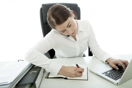 jonge brunette zakenvrouw bezig met telefon en laptop