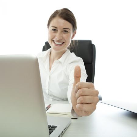 jonge brunette zakelijke vrouw duim omhoog op het bureau Stockfoto