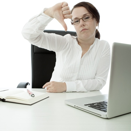 pollice in gi: bruna giovane imprenditrice con gli occhiali sul tavolo pollice verso il basso Archivio Fotografico