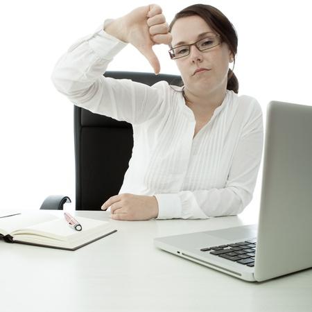 jonge brunette zakenvrouw met een bril op het bureau neer duim Stockfoto