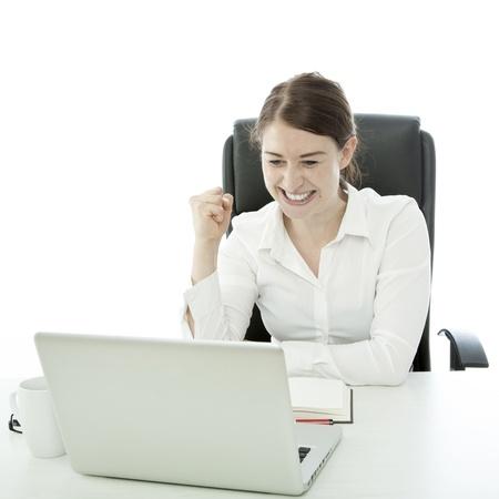 jonge brunette zakelijke vrouw is gelukkig achter laptop Stockfoto
