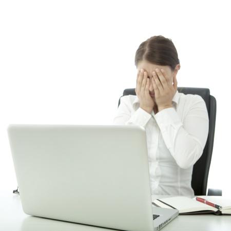 jonge mooie brunette vrouw is depressief op bureau