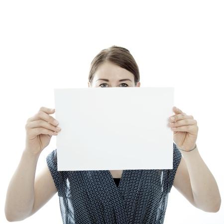 jonge brunette vrouw houdt lege pagina