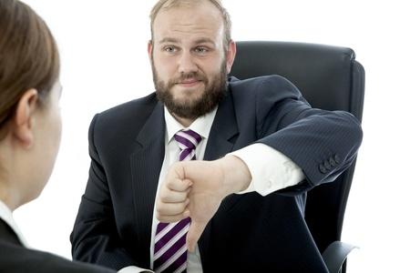 jefe enojado: hombre de negocios barba morena mujer en el mostrador de un mal trabajo