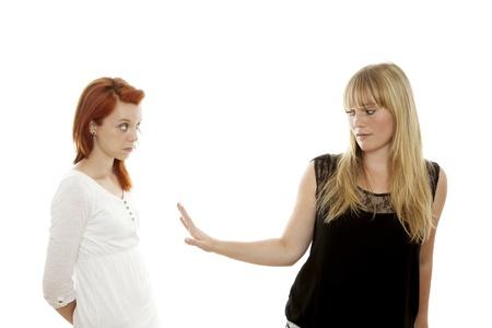 jonge mooie rode en blonde haren meisjes zeggen te stoppen met me te praten in de voorkant van een witte achtergrond