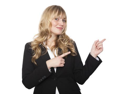Amistoso vendedora joven con estilo o empresaria apuntando con ambas manos hacia la derecha del cuadro y en blanco copyspace