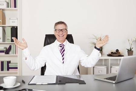Gelukkige Mannelijke arts kijken camera Stockfoto