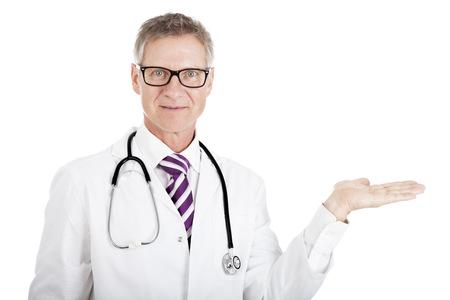 Middelbare leeftijd mannelijke arts die in glazen zijn lege hand palm over wit copyspace voor uw product placement of reclame
