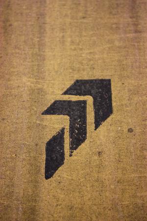 zwart bord op bruine muur