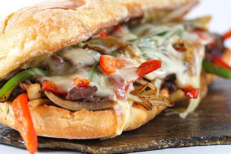 Sabrosa carne de vacuno sándwich de carne con cebolla, champiñones y queso provolone fundido en una chapata