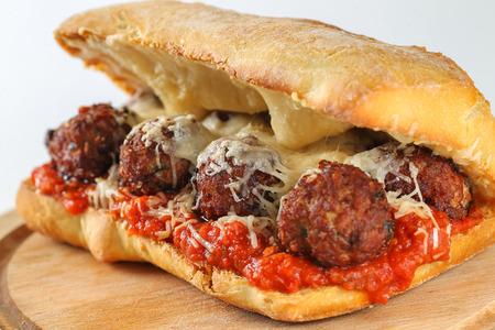 Leckere Fleischbällchen Sandwich in einem Ciabatta mit Tomatensauce und Parmesan