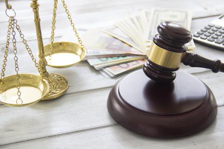 Prawo pracy pojęcie, skala, młotek, pieniądze i kalkulator Zdjęcie Seryjne