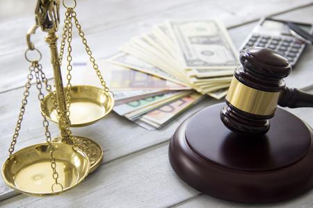 노동 법률 개념, 규모, 망치, 돈 및 계산기
