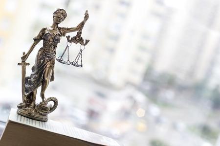 Estatua de la justicia con espada y escala. Concepto de derecho Foto de archivo