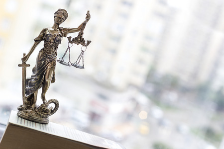 gerechtigkeit: Justice Statue mit Schwert und Maßstab. Law Konzept