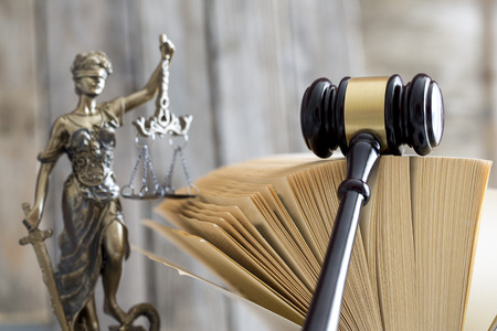 Law concept. Judge gavel and book statue Banque d'images