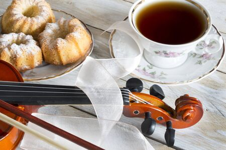 zvýšil: Coffee with cupcakes and violin on the wooden table