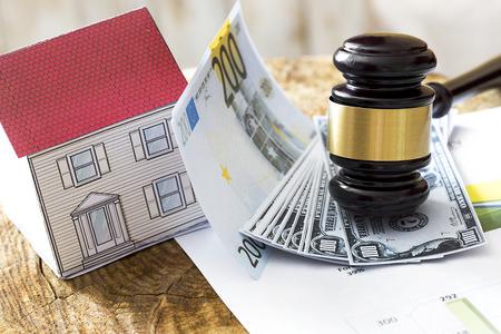 Familienrechtkonzept, Hammer und Haus, Hypothek, Geld, Investition, Immobilien und Eigentumskonzept Standard-Bild - 82557048