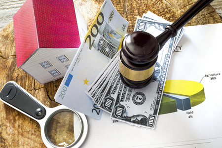 가족 법률 개념, 망치와 집, 모기지, 돈, 투자, 부동산 및 속성 개념 스톡 콘텐츠