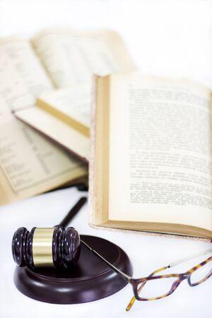 Wet concept, hamer, boeken en glazen