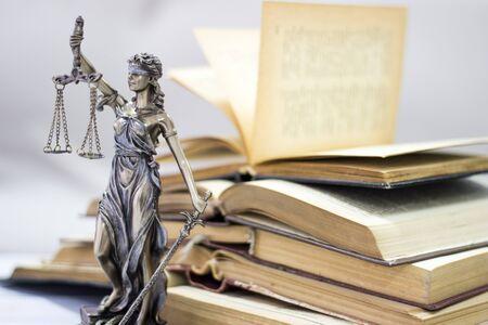 Law concept, standbeeld en boeken Stockfoto - 82612167