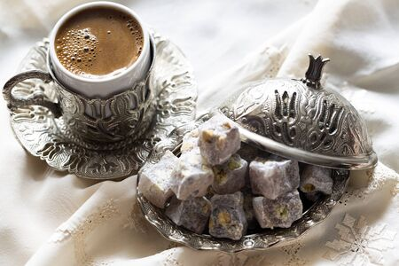 Turkish delight with coffee and traditional silver serving set. Feast of Ramadan. Banque d'images