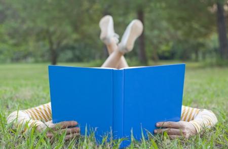 女孩读书在草
