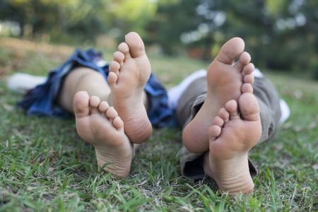 pied fille: Enfants qui dorment dans la nature Banque d'images