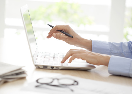 raton: Close-up de manos de la mujer en el teclado de computadora