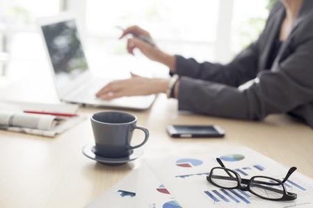 working woman: Donna che lavora in ufficio