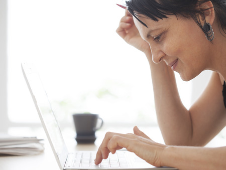 tecla enter: Mujer que trabaja en la computadora Foto de archivo