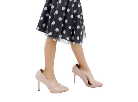 pied fille: Une petite fille portant m�res chaussures