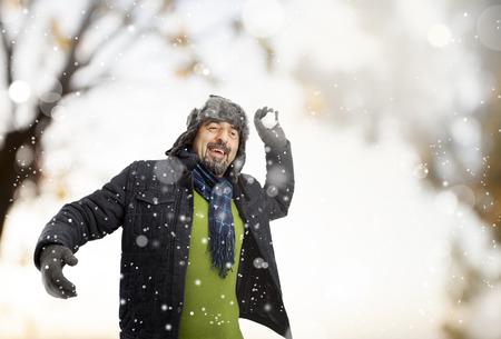 boule de neige: Senior homme jetant une boule de neige Banque d'images
