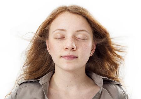 目を閉じて顔を美しい少女の肖像画