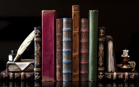 in row: Libros antiguos y de época Foto de archivo