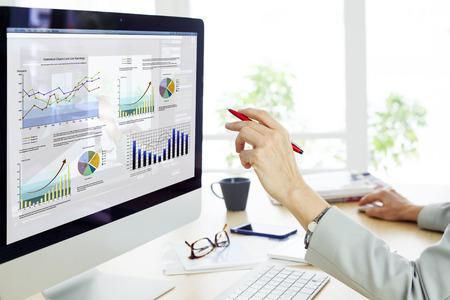 computadora: Empresaria trabajando en equipo