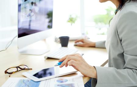 business: Mulher de negócios que trabalha no computador
