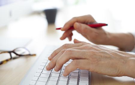 lapiceros: Las manos en el teclado