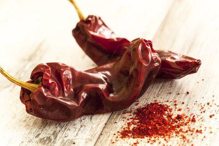 pimenton: pimiento rojo seco sobre la mesa de madera