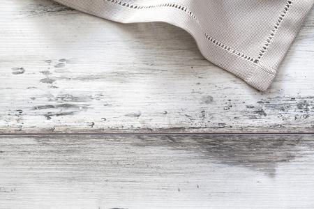 servilleta de papel: Servilleta en mesa de madera
