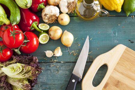 cuchillo de cocina: Surtido de verduras frescas en el fondo de madera